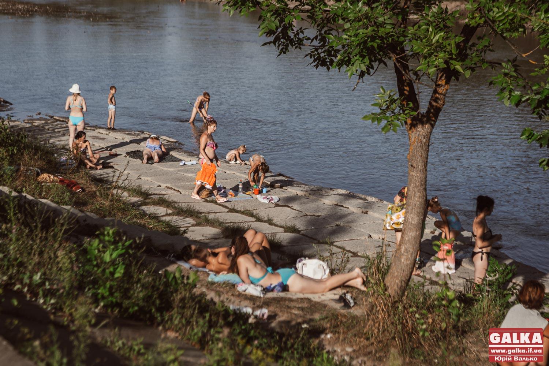 Чиста вода, мало роздягалок і дерева у річках: як цього літа франківці відпочивають на Бистрицях (ФОТОРЕПОРТАЖ)