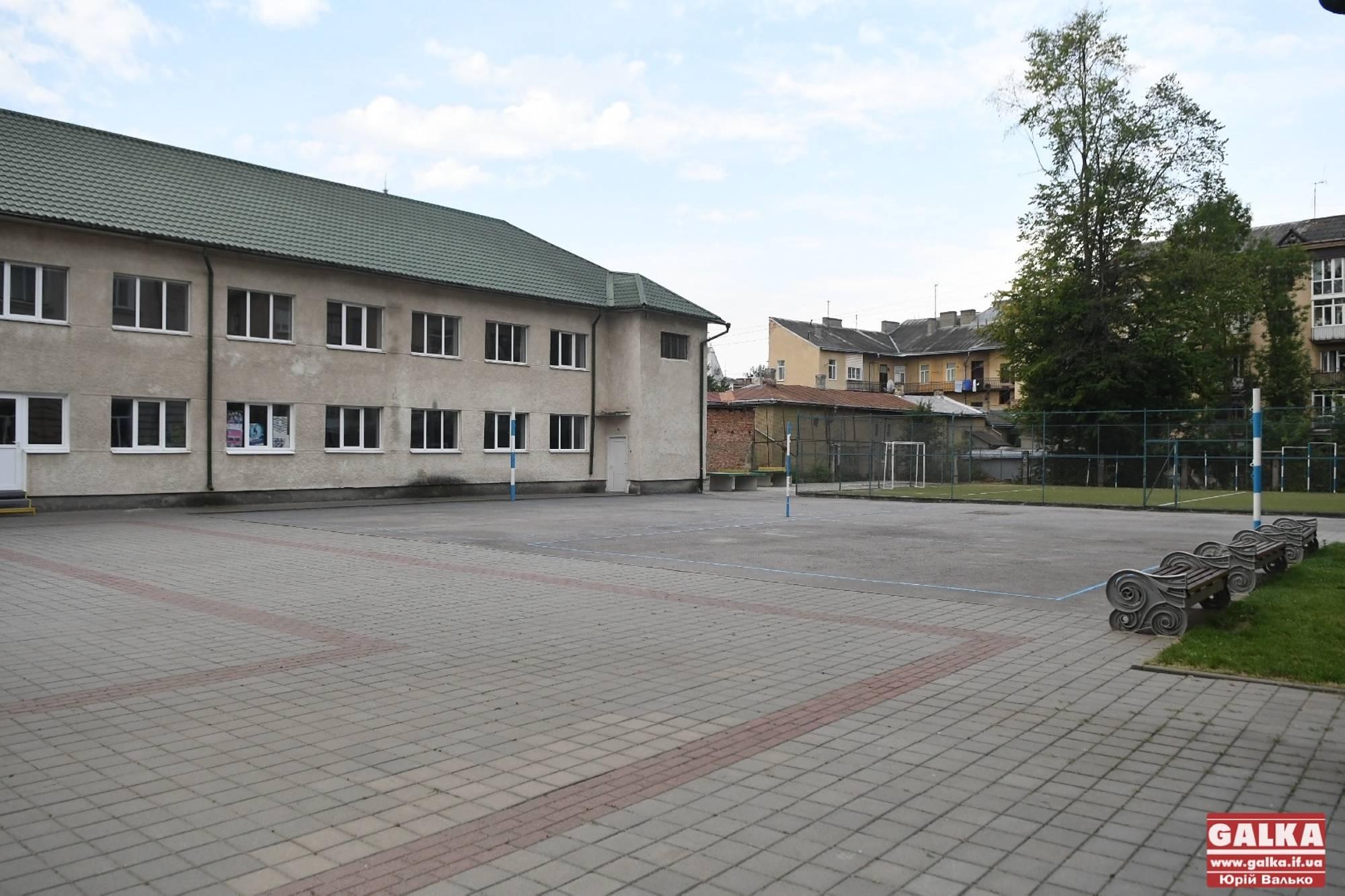 Сумні та пусті шкільні двори 1 вересня у Франківську (ФОТО ДНЯ)