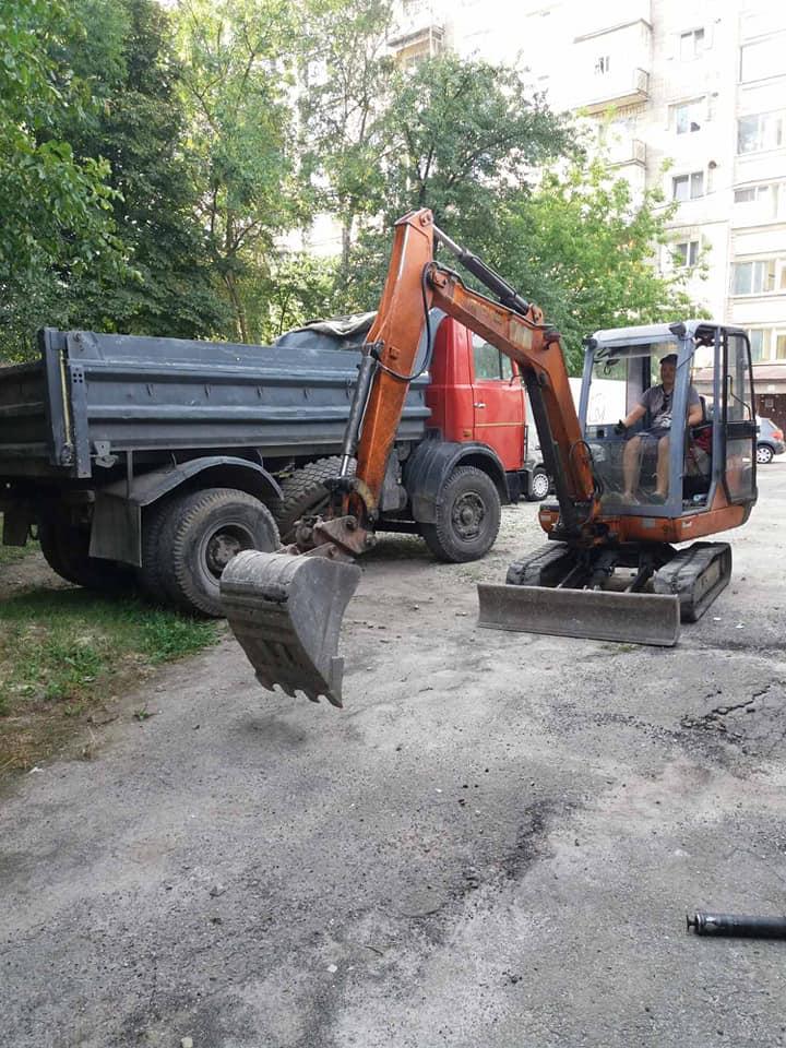 У Франківську взялися ремонтувати один з найгірших дворів – Смушак (ФОТО)