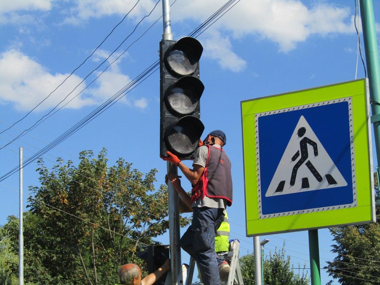 У Надвірній встановили нові світлофори, а біля майдану Шевченка – будують кільце (ФОТО)