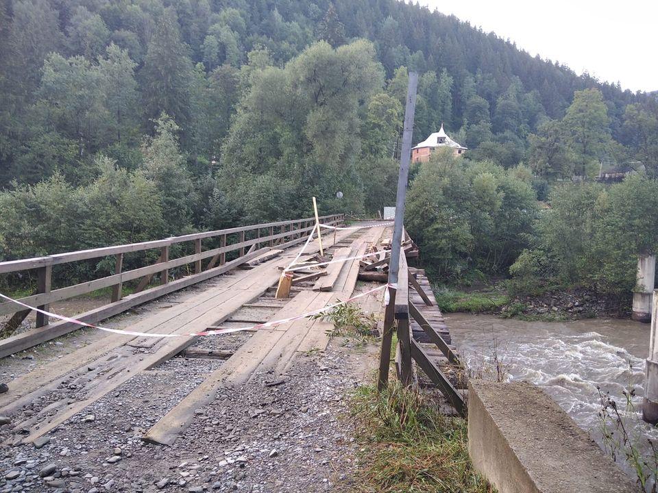 На Верховинщині під лісовозом зламався міст (ФОТО)