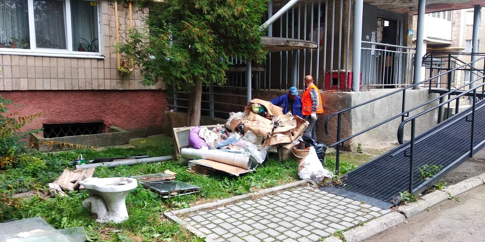Завалені мотлохом підвал та двір: два дні знадобилося комунальникам, аби прибрати за жителями на Набережній (ФОТО)