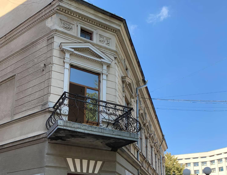 Кандидат в депутати пропіарився на ремонті балкону власного будинку