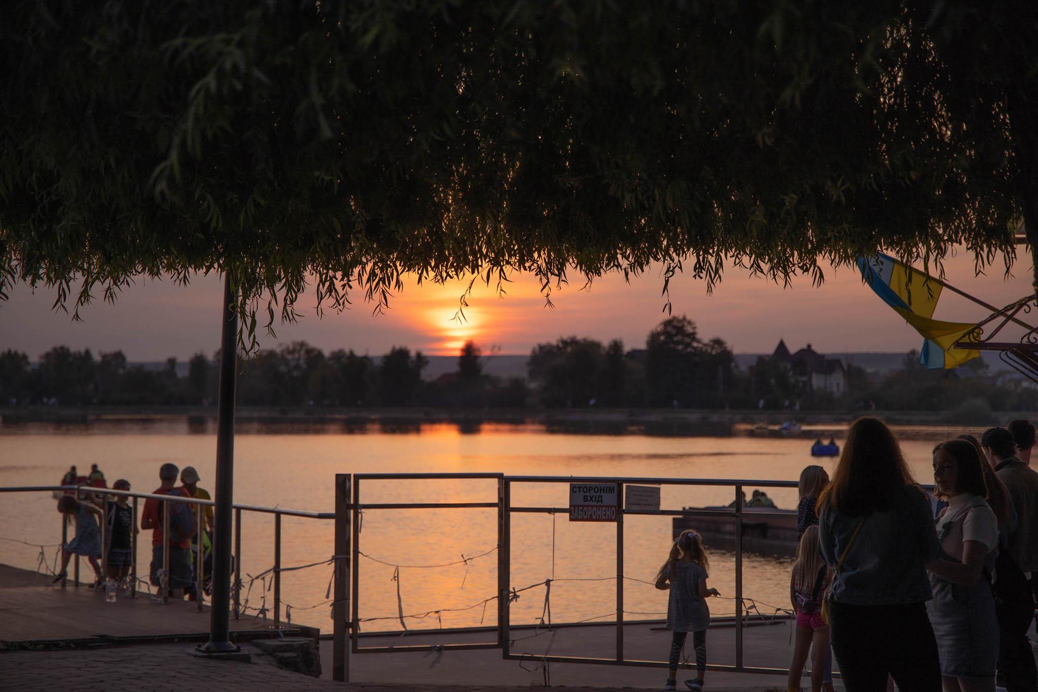У мережі виклали світлини неймовірного заходу сонця на озері у Франківську (ФОТО)