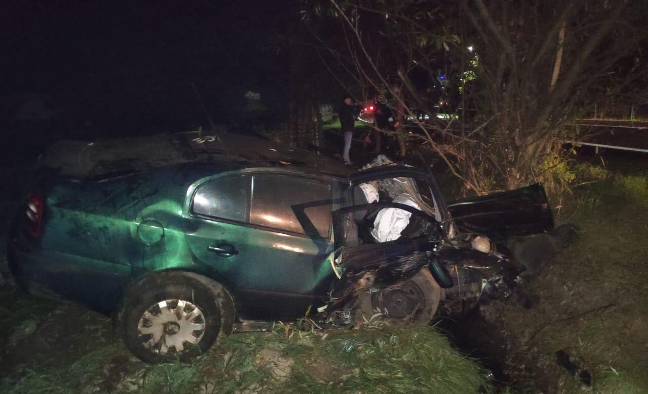 """На Косівщині """"Шкода"""" вилетіла з дороги: водій втік, покинутий пасажир загинув (ФОТО)"""