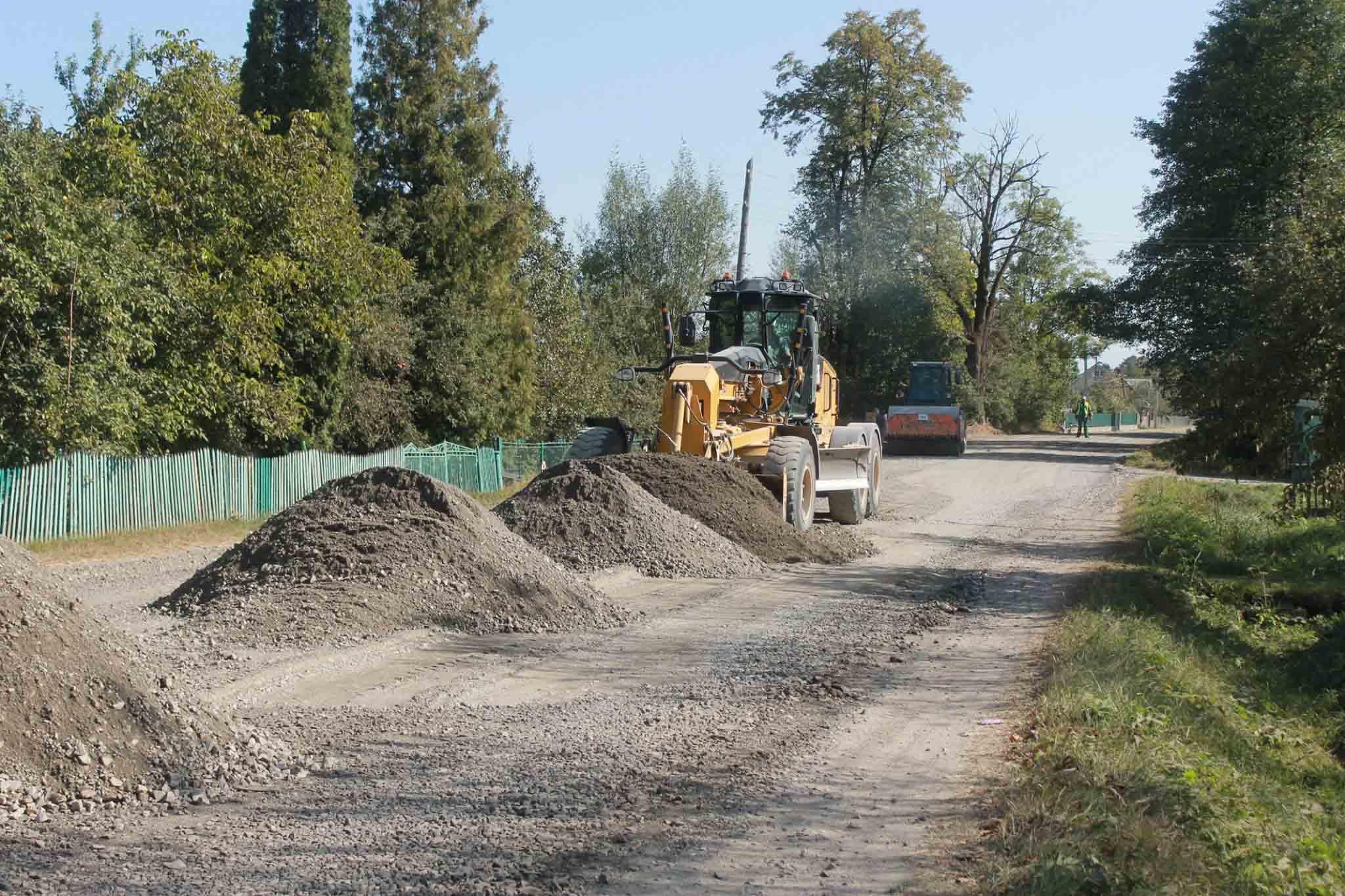 У селі на Надвірнянщині ремонтують дорогу (ФОТО)