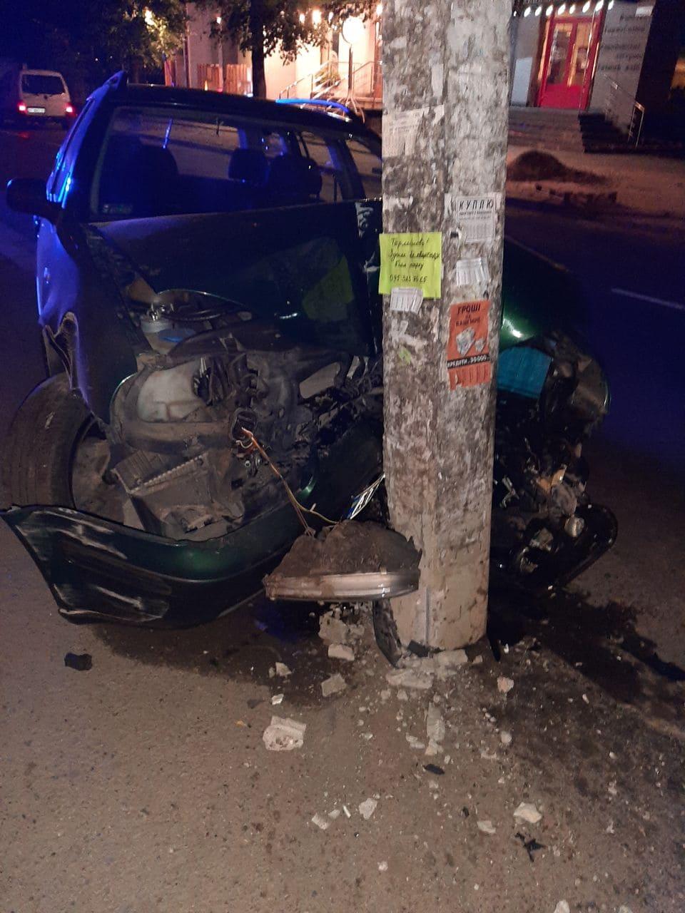 Вночі на Чорновола водій з ознаками сп'яніння не розминувся з електричним стовпом (ФОТО)