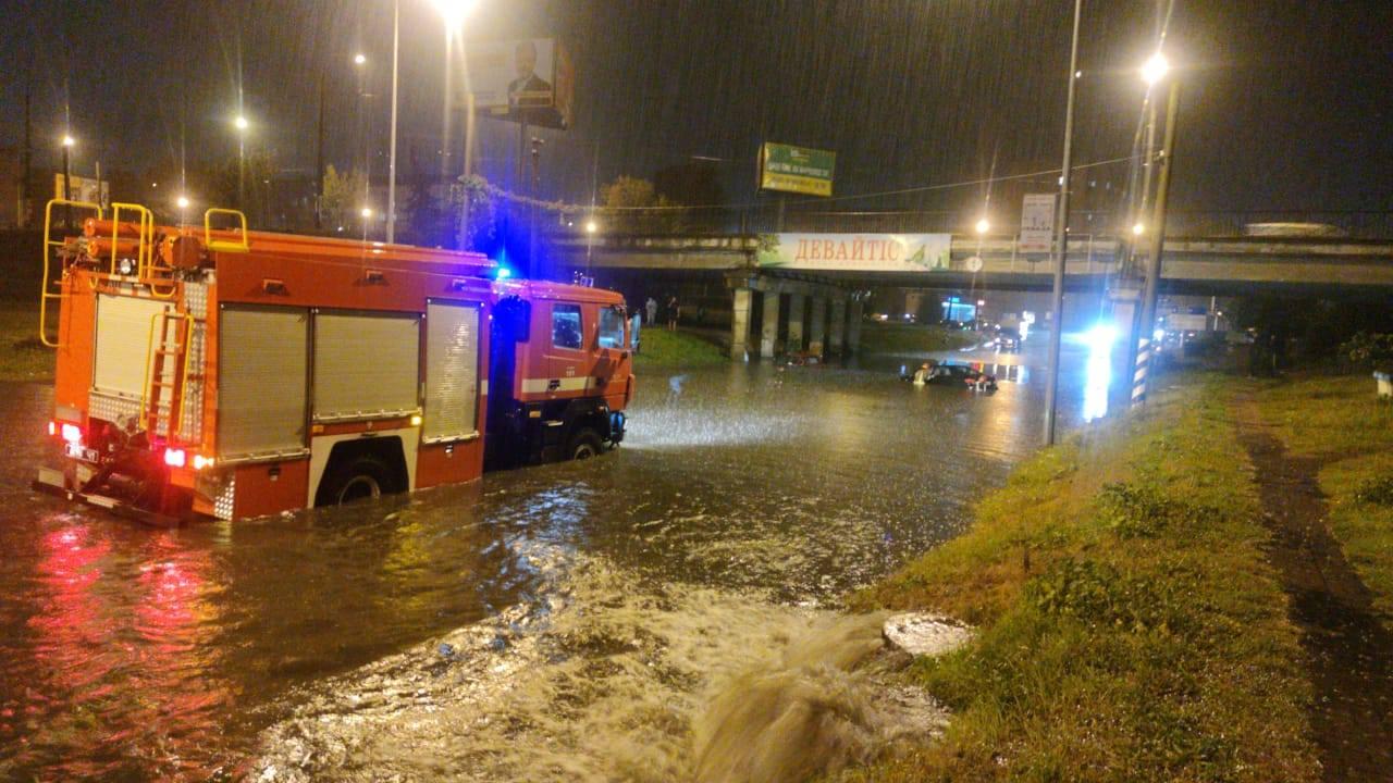 За ніч рятувальники витягнули з води у Франківську сім машин, 10 людей врятували