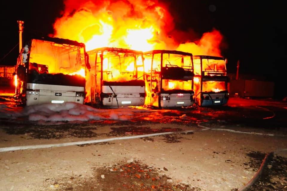 Поліція підозрює, що чотири автобуси під Долиною згоріли після підпалу (ФОТО)