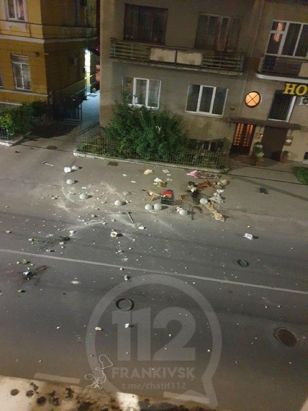 В Івано-Франківську жінка жбурляла з четвертого поверху речі, одяг та кота (ВІДЕО)
