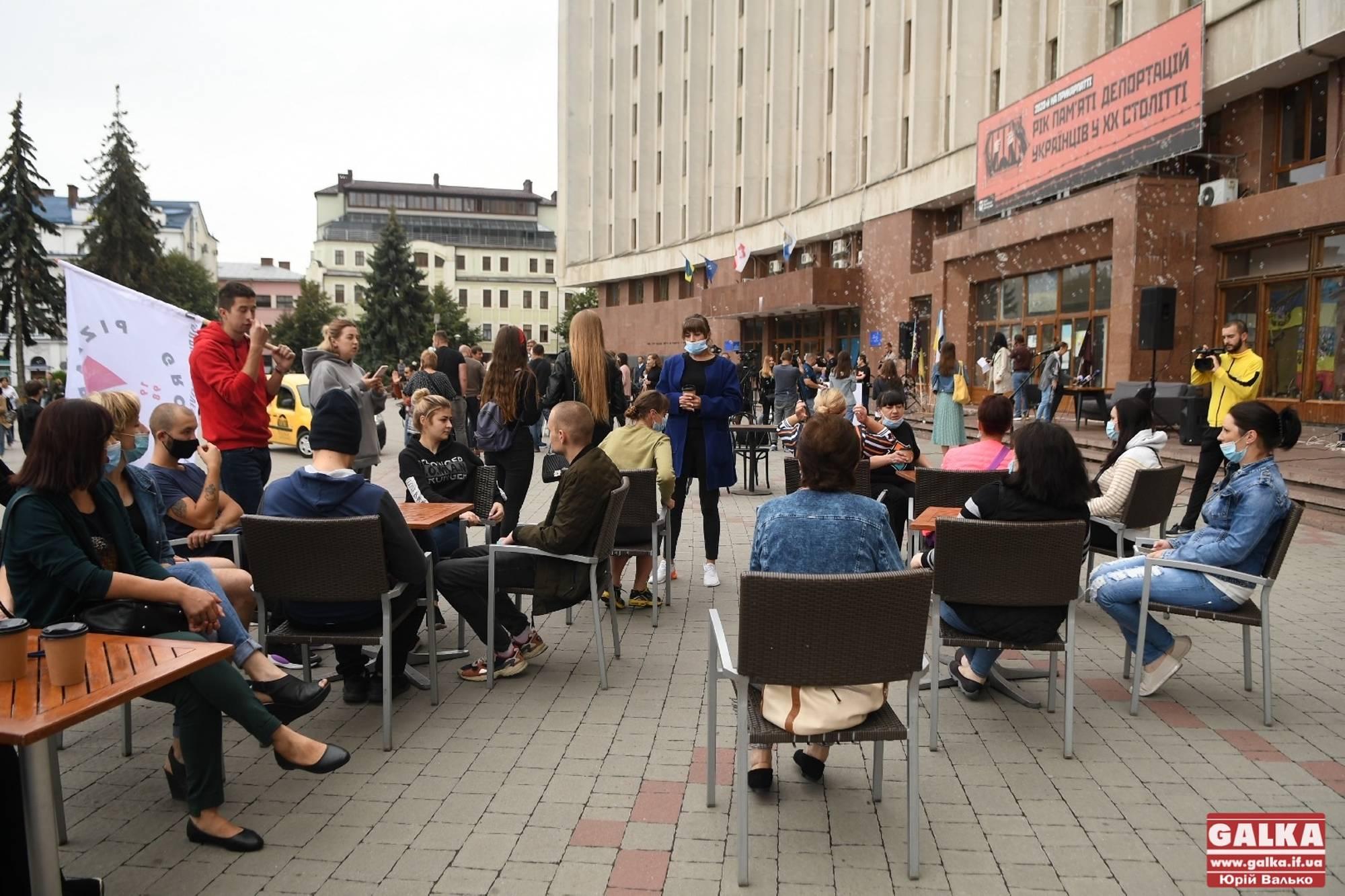 У Франківську ресторатори вийшли під стіни ОДА – протестують проти заборони працювати (ФОТО)