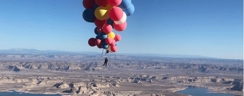 Американський ілюзіоніст піднявся над пустелею Аризони на повітряних кулях (ВІДЕО)
