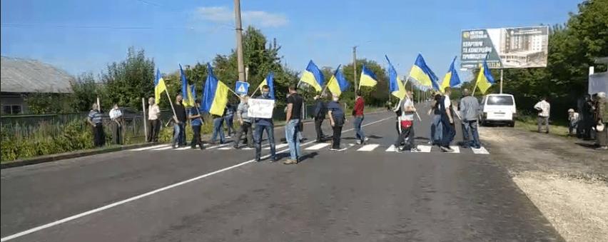 У Городенці люди з прапорами перекрили дорогу на Франківськ: вимагають ремонту автошляхів (ФОТО, ОНОВЛЕНО)