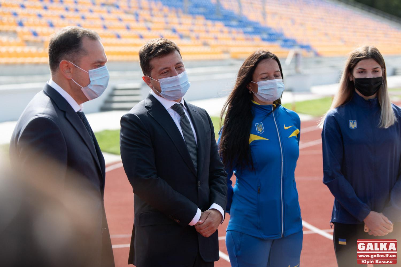 Зеленський перевірив «Велике будівництво» легкоатлетичного стадіону у Франківську, реконструкція якого стартувала ще у 2017 році (ФОТО)