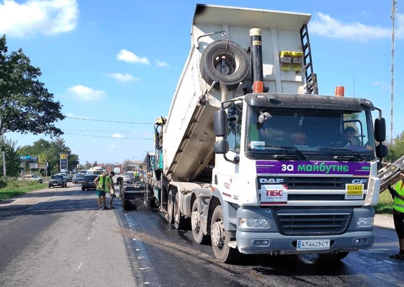 На Прикарпатті потенційні кандидати піаряться на дорогах, які ремонтуються за бюджетні кошти (ФОТО, ВІДЕО)