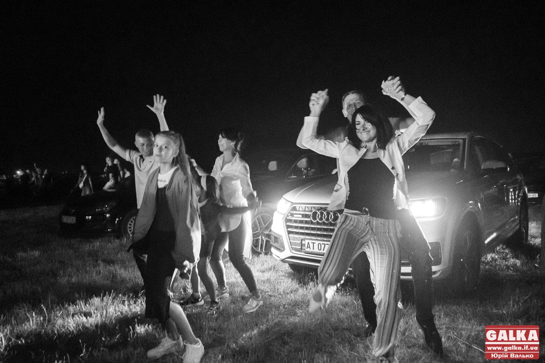 «Без обмежень» відіграли на Прикарпатті перший в Україні безпечний автоконцерт (ФОТО)