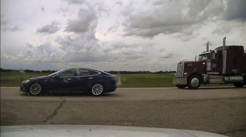 У Канаді автопілот Tesla намагався втекти від поліції. Водій в цей час спав