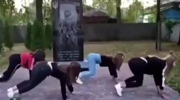 Школярки танцювали тверк на пам'ятнику загиблим в АТО: поліція склала адмінпротоколи (ВІДЕО)