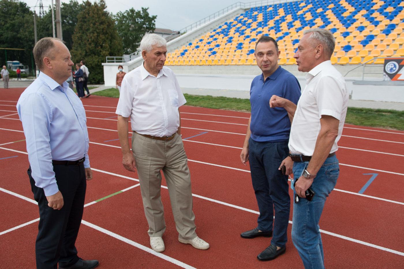 Реконструйований стадіон університету нафти і газу оглянув міністр молоді і спорту (ФОТО)