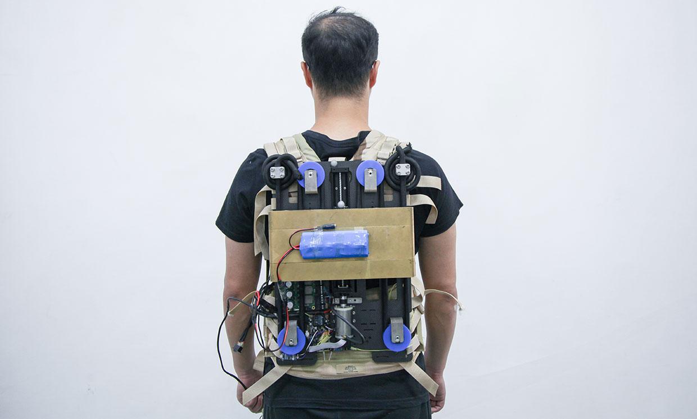 Вчені створили моторизований рюкзак, який знімає частину навантаження з його власника