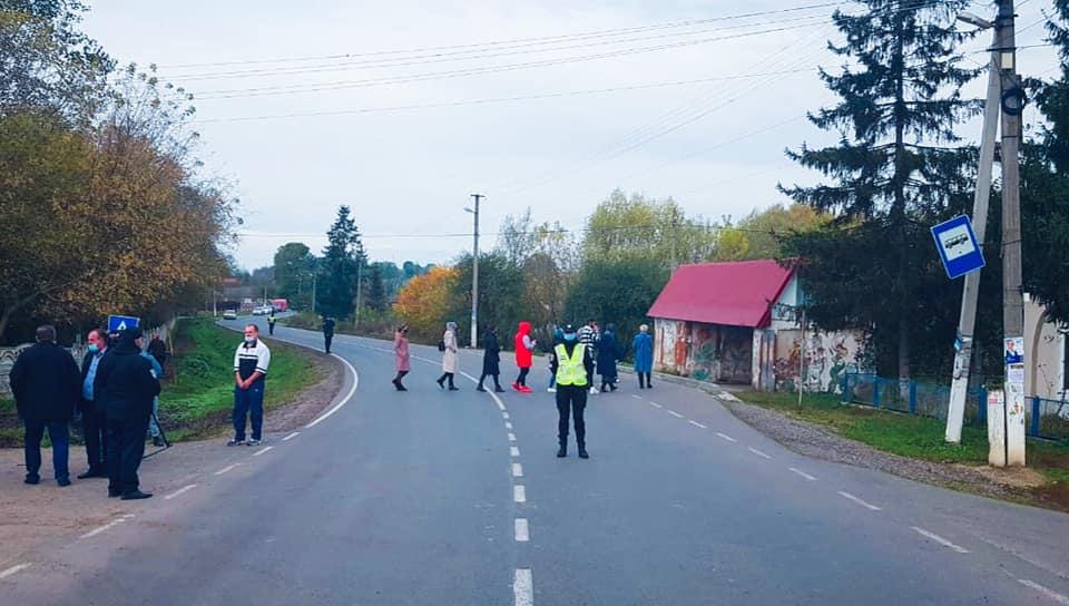 У Тлумацькому районі перекрили дорогу – вимагають ремонту автошляху (ФОТОФАКТ)