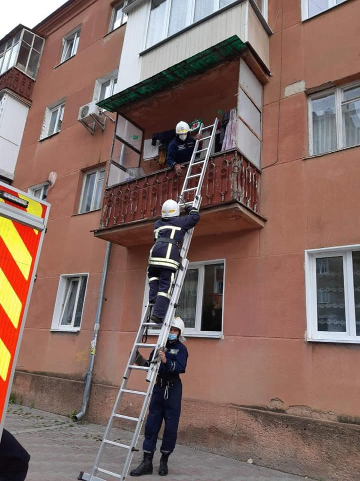 Півторарічний малюк зачинив франківку на балконі – визволяли рятувальники (ФОТО)