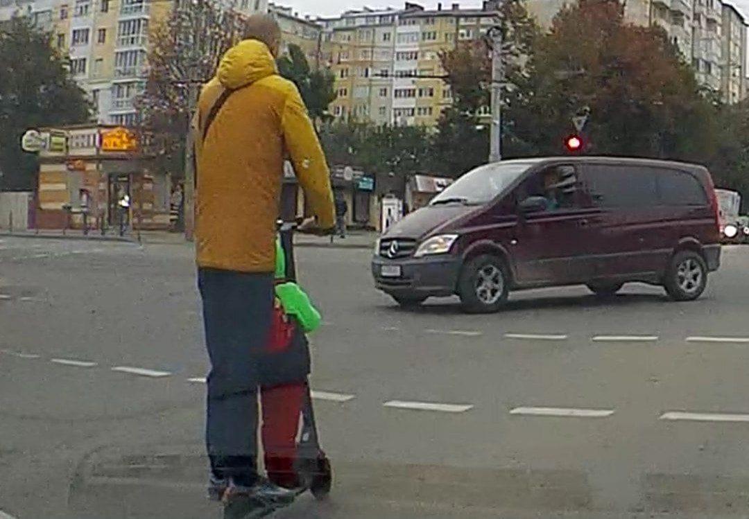 """Скільки правил порушив? Як франківець з дитиною на самокаті поїхав """"на червоне"""" (ВІДЕО)"""
