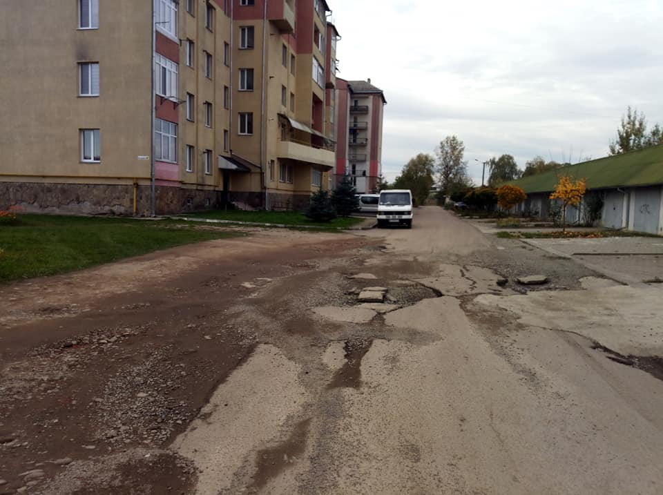 На Дудаєва взялися ремонтувати дорогу, а ще тут облаштують тротуари (ФОТО)