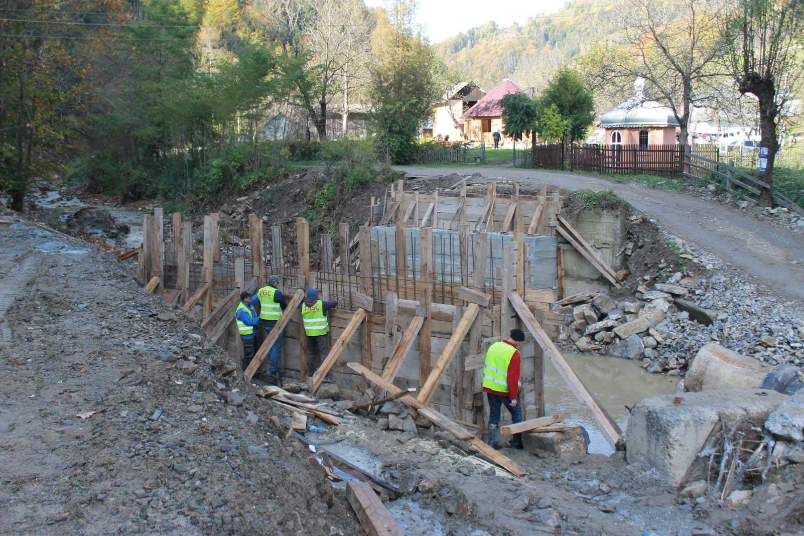 У селі на Косівщині будують новий міст (ФОТО)