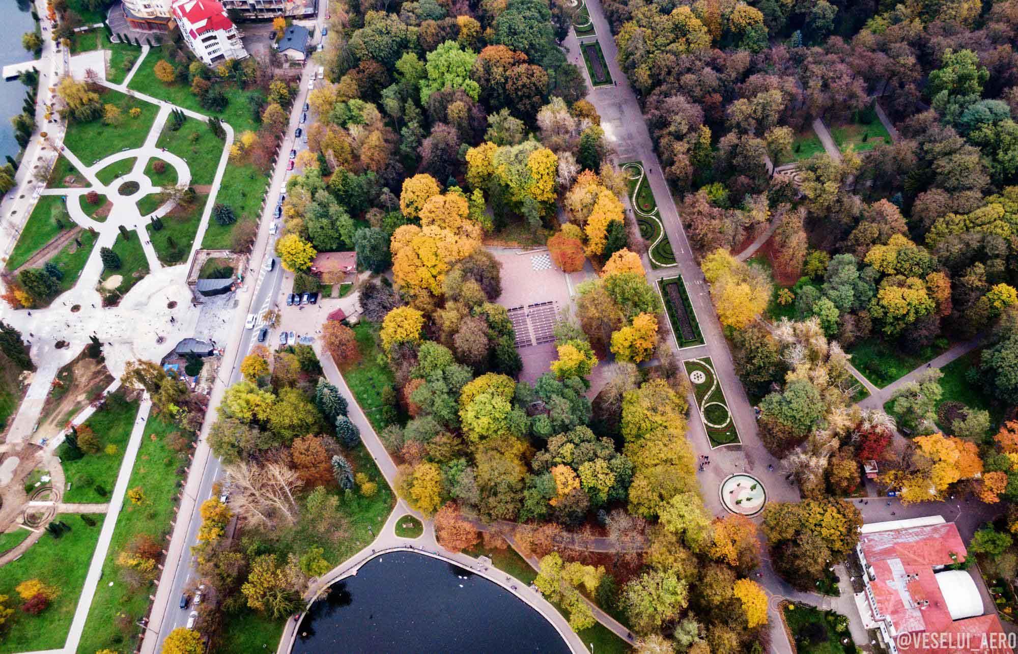 Осінній парк Франківська показали з висоти пташиного польоту (ФОТО)