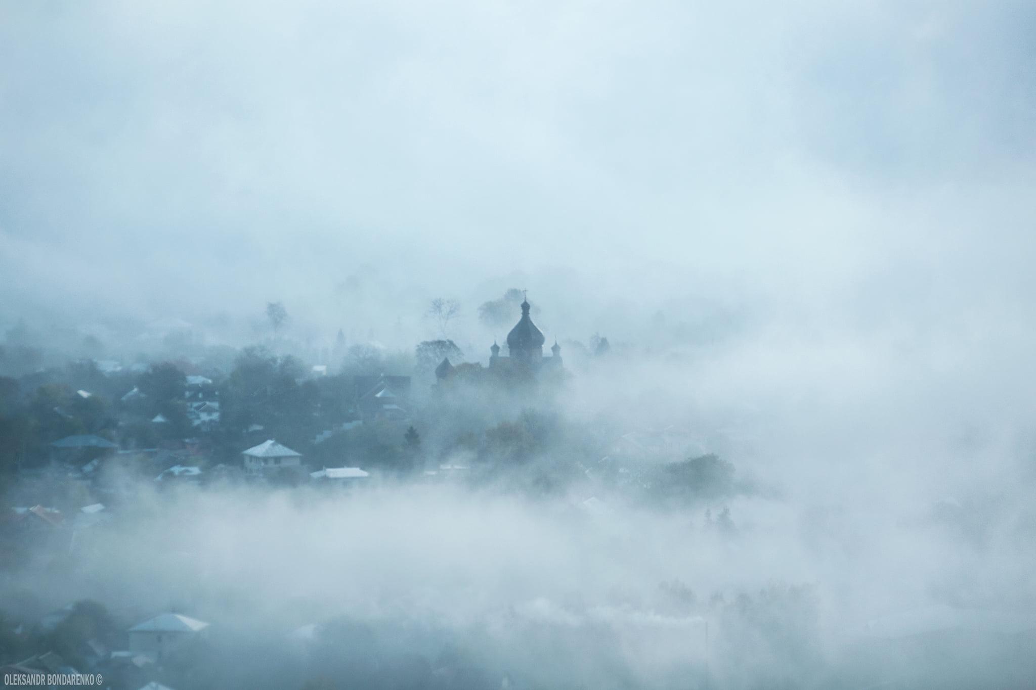 Косів поглинув туман. У мережі показали неймовірні світлини (ФОТО)