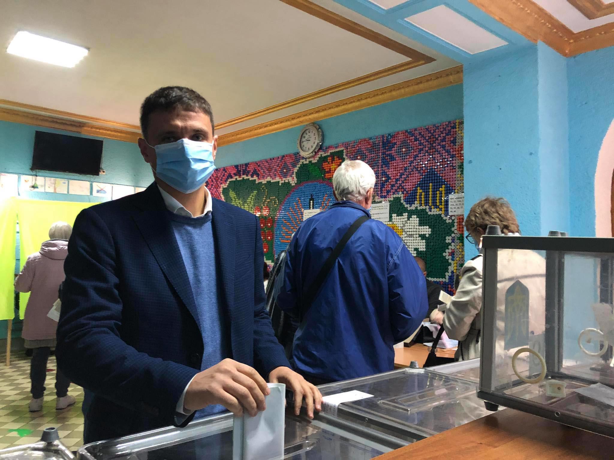 Як голосують кандидати в мери: Шкутяк виявив порушення на своїй дільниці (ФОТО, ВІДЕО)