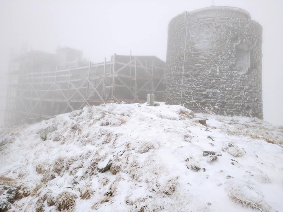 Засніжена і туманна: в мережі виклали красиві світлини обсерваторії на Піп Івані (ФОТО)