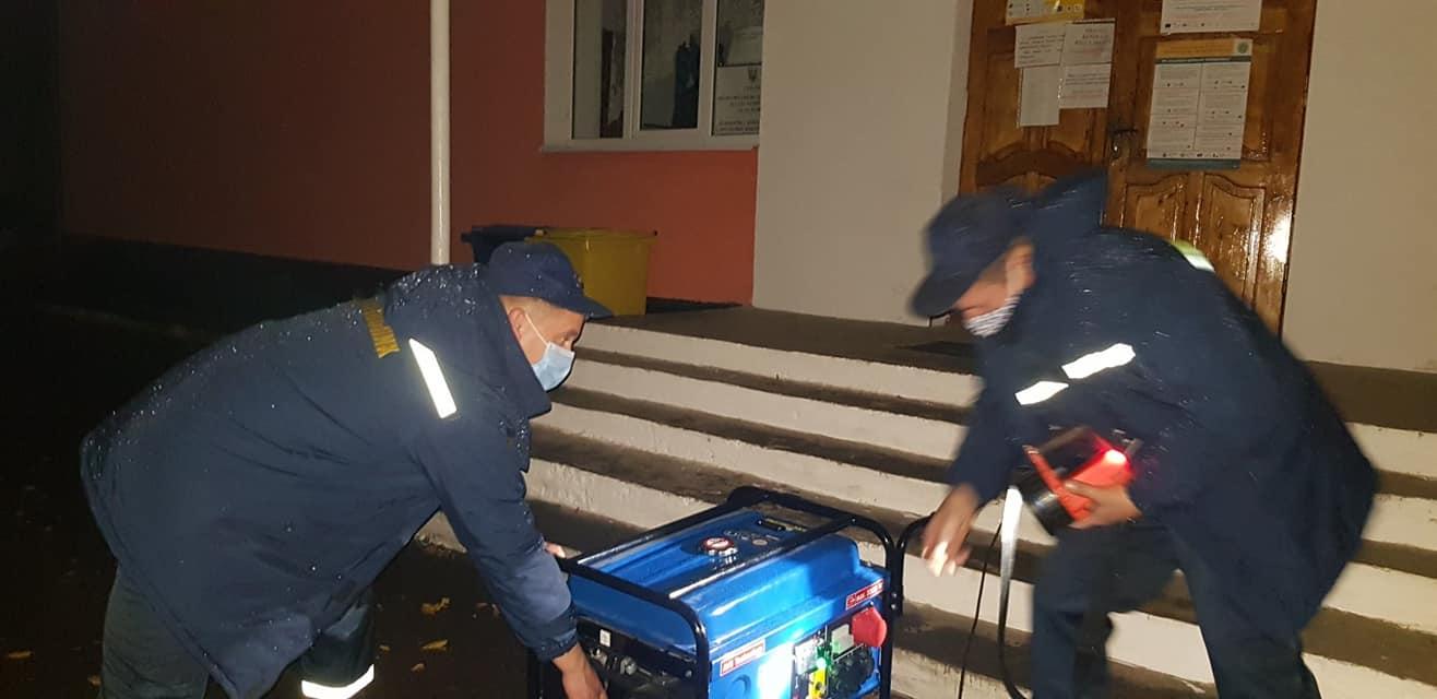 У двох дільницях та ТВК на Калущині під час підрахунку бюлетенів зникло світло – допомагали рятувальники (ФОТО)