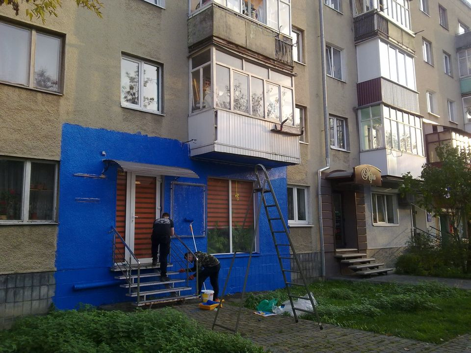 """Фасад будинку на Мазепи пофарбували в синій колір. На """"дизайнерів"""" склали протокол (ФОТОФАКТ)"""