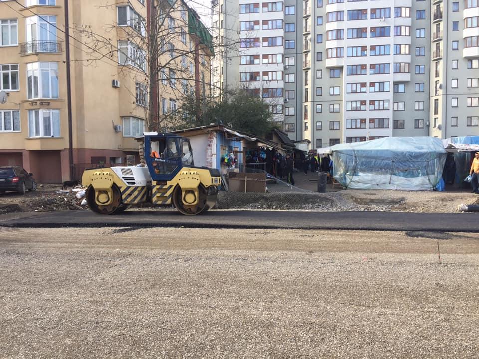 """Де був """"п'яний"""" базар: на місці з'єднання бульварів асфальтують ділянку дороги (ФОТО)"""