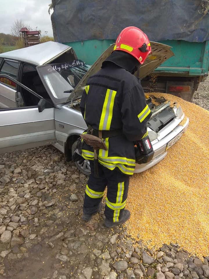На Снятинщині ВАЗ потрапив під вантажівку: двоє травмованих (ФОТО)