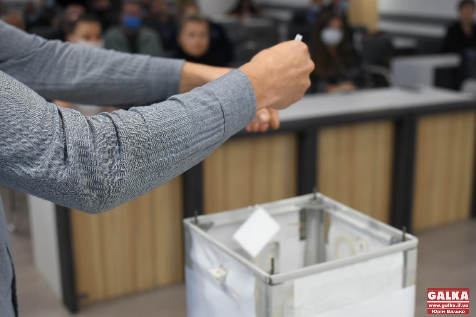 Методом жеребу: партії розіграли місця у бюлетені на виборах до міської ради (ФОТО)