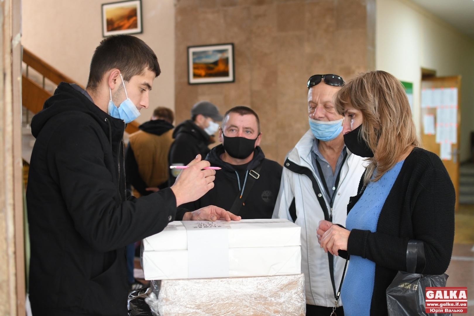 В Івано-Франківську завершують передачу бюлетенів на виборчі дільниці (ФОТО)
