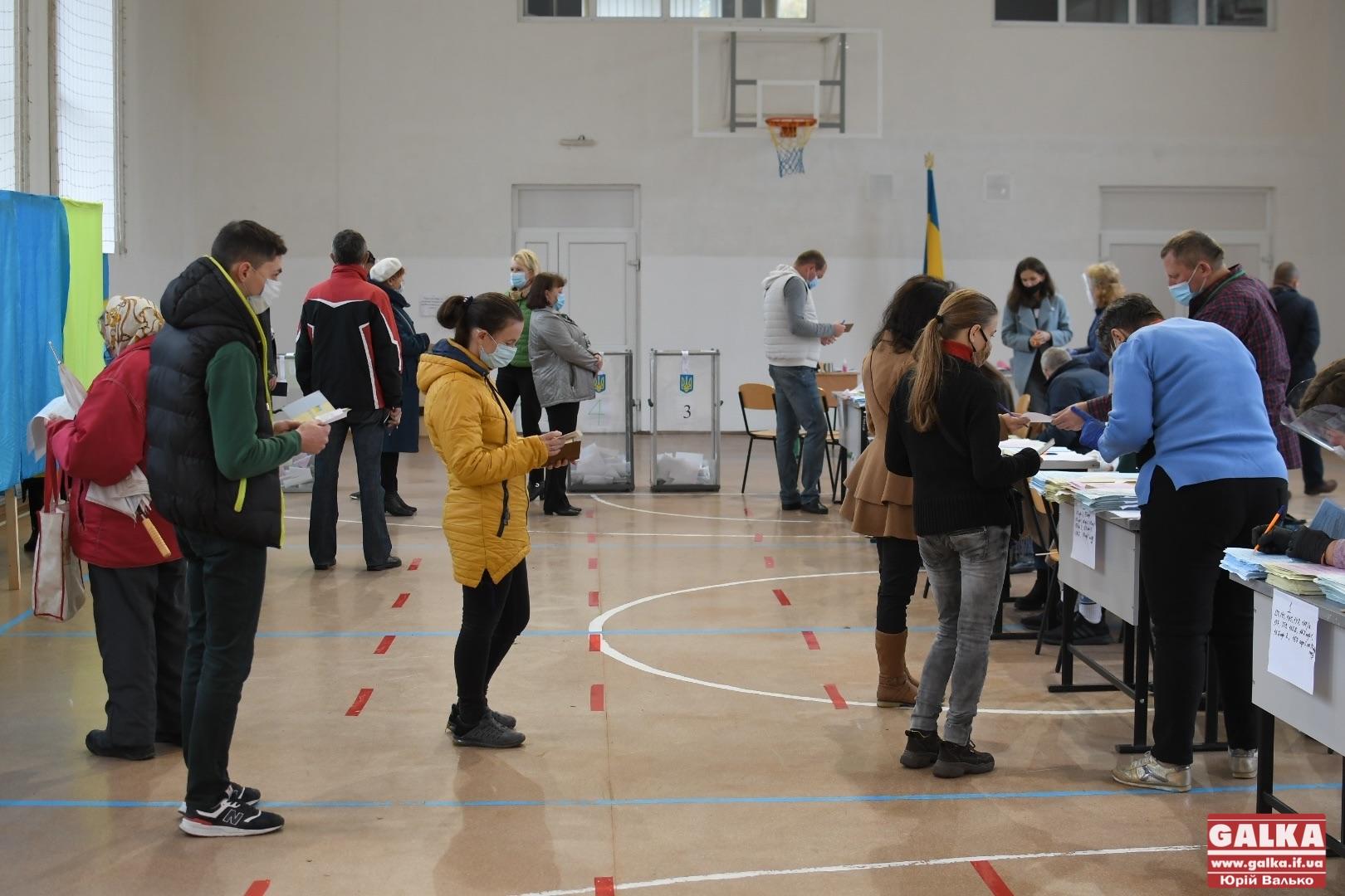 Після церкви – на дільницю: як голосують франківці у медколеджі на БАМі (ФОТОРЕПОРТАЖ)