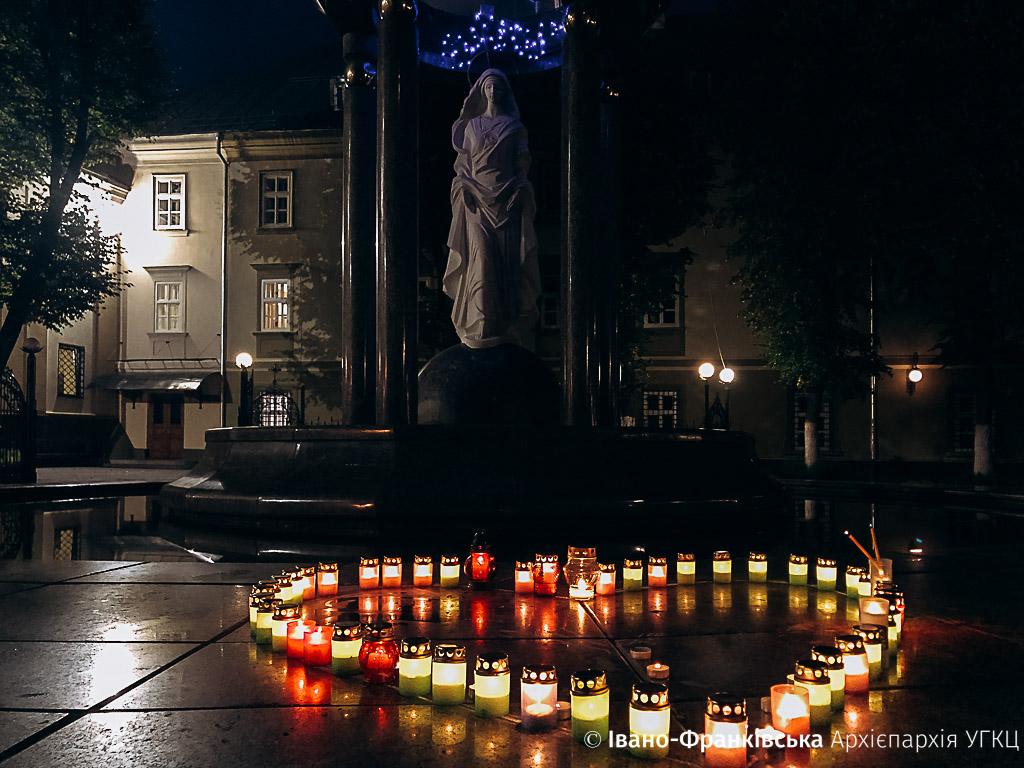 У Франківську молитвою та запаленими свічками вшанували дітей, які померли під час вагітності (ФОТО)