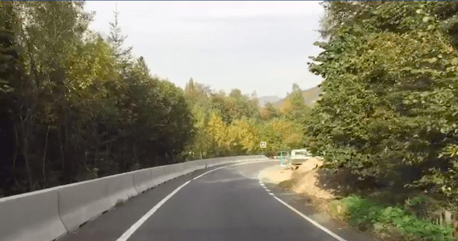 """На """"двоповерховій"""" дорозі в Яремче встановили нове безпечне огородження (ВІДЕО)"""