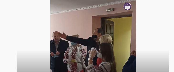 Міський голова влаштував фотосесію з членами ДВК і паралізував роботу дільниці – ЧЕСНО (ФОТО, ВІДЕО)