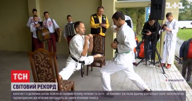 Каратист з Прикарпаття встановив світовий рекорд: на шпагаті бив у боксерську лапу (ВІДЕО)