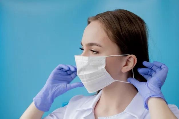 Прикарпатцям нагадують, як правильно носити медичну маску та рукавички