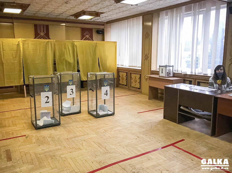 """Ранні пташки: як голосують перші франківці на виборчій дільниці в """"Теплокомуненерго"""" (ФОТОРЕПОРТАЖ)"""