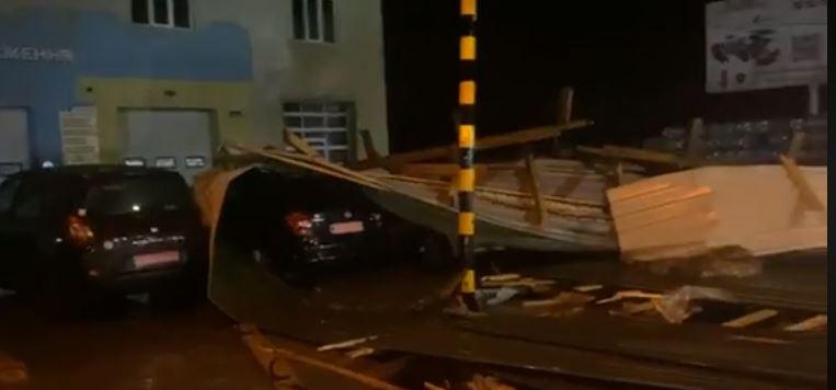 Повалені дерева, білборди та дахи: жовтневий шторм пройшовся над Франківськом (ФОТО, ВІДЕО НАЖИВО)