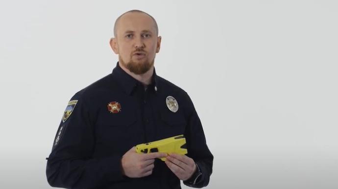 Керівник патрульної поліції випробував на собі дію електрошокера Taser (ВІДЕО)