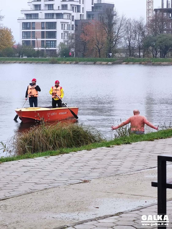 На міському озері купався нетверезий чоловік – вийти на сушу йому допомагали рятувальники (ФОТО)