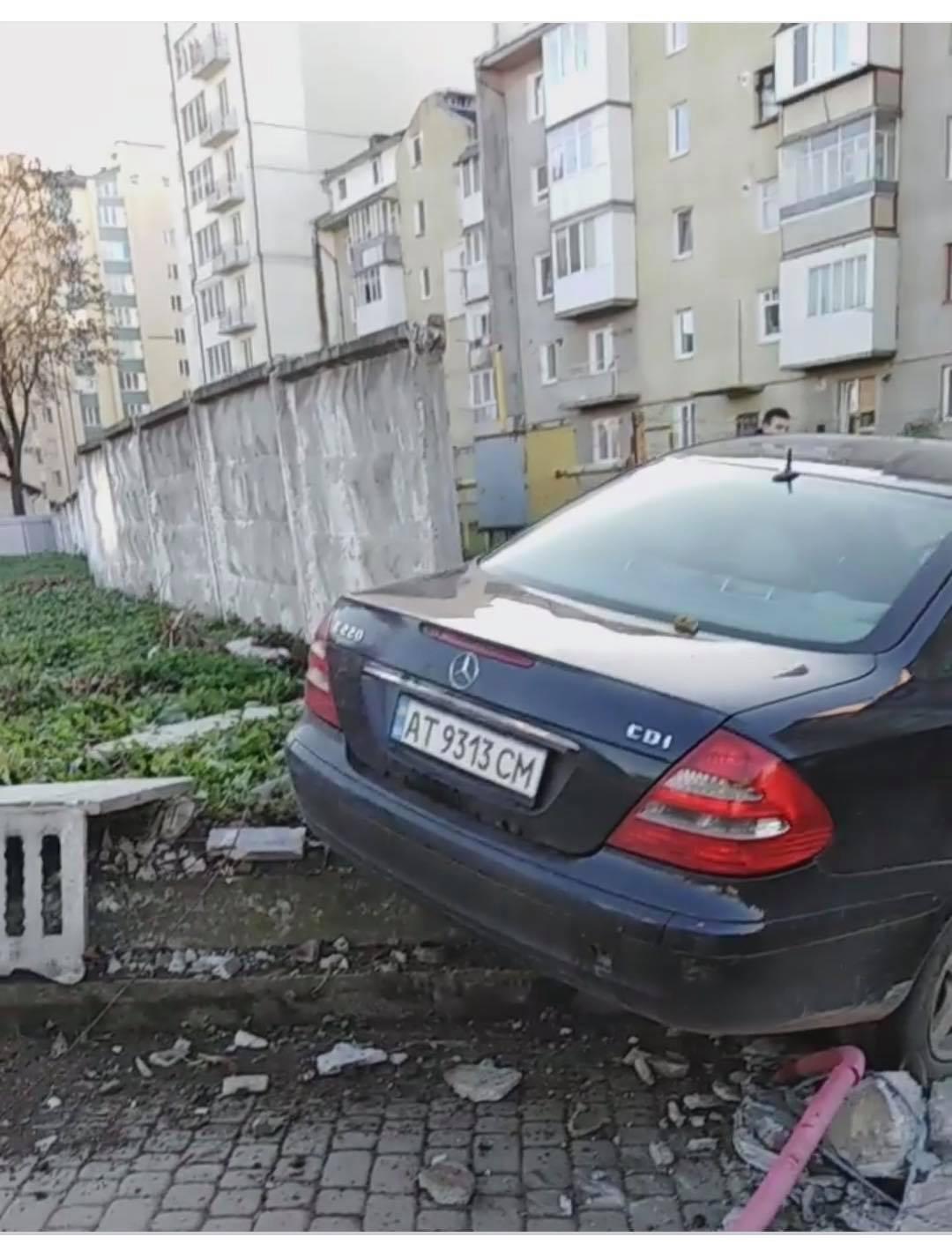 """У Франківську """"Мерседес"""" протаранив бетонний паркан та зніс електроопору (ФОТО, ВІДЕО)"""